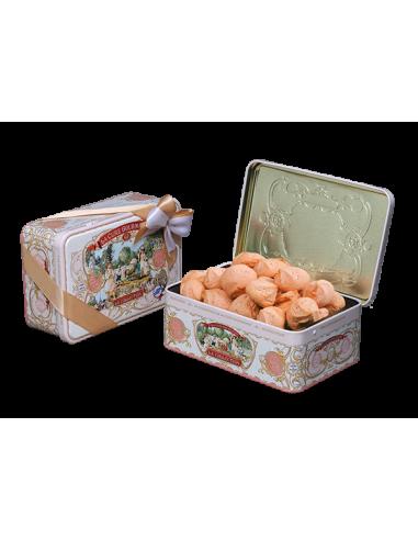 Boite rempli de petits biscuits fourrés à la framboise